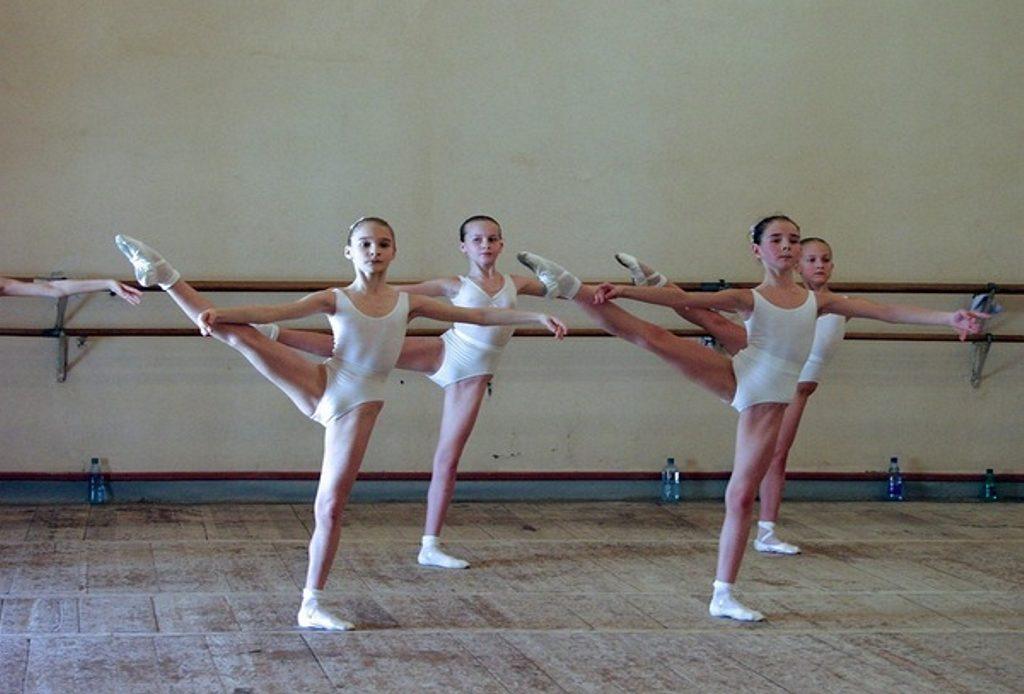aad52ae023 As famílias russas cobiçavam colocar suas crianças na Escola de Ballet. No  início do ano letivo havia multidões de pais com seus filhos